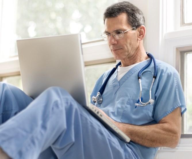 Private Krankenversicherung - Arzt mit Notebook © Fotolia