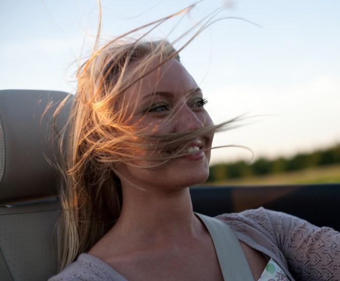 Frau im Cabrio
