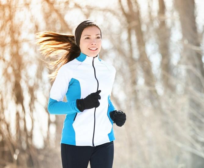 Unfallversicherung - Frau beim Jogging im Winter