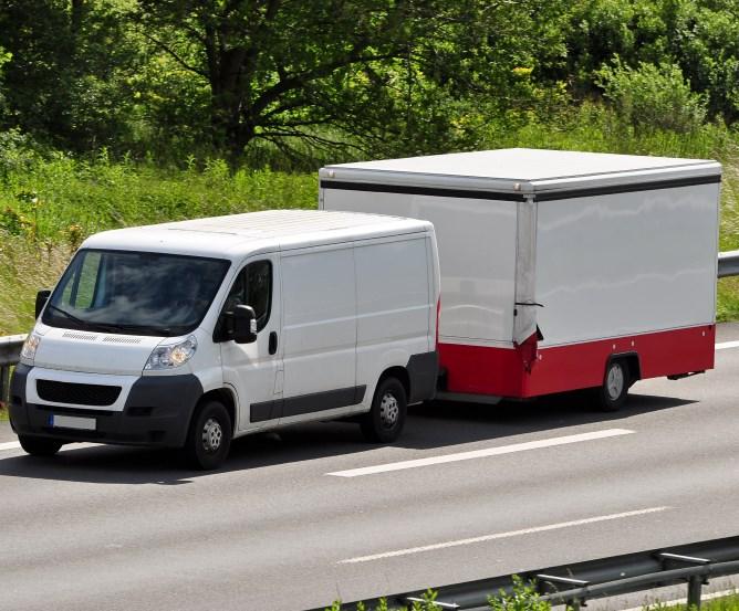 Lieferwagen mit Selbstfahrer-Vermiet-Anhänger