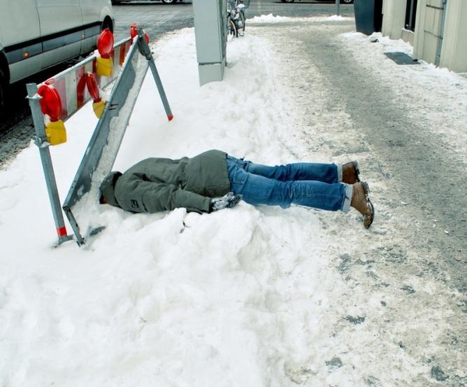Mann fällt - Fußweg glatt © Kalle Jipp
