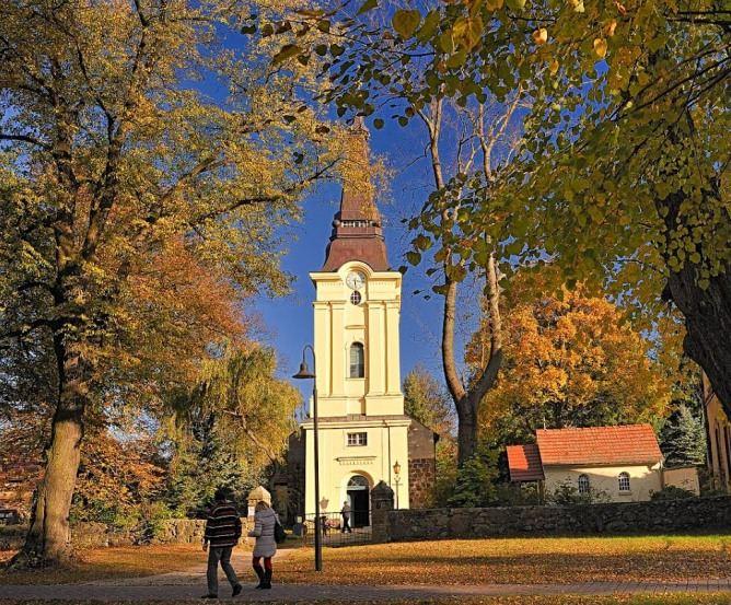 Dorfkirche Stolpe im Herbst © Frank Liebke