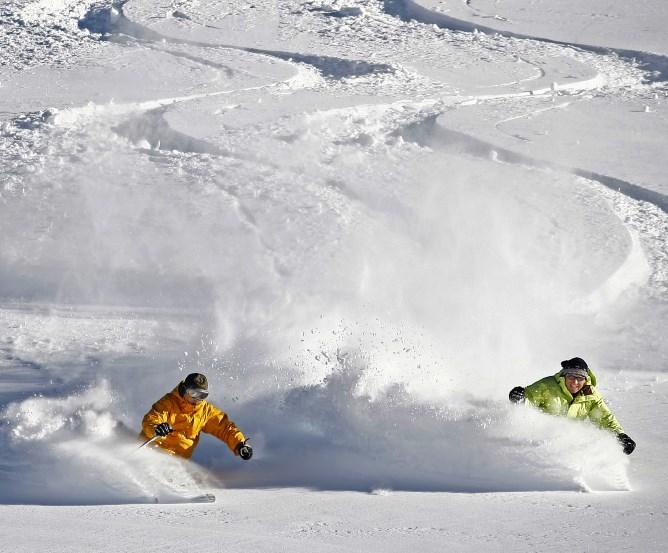 Skifahrer mit passendem Unfallschutz